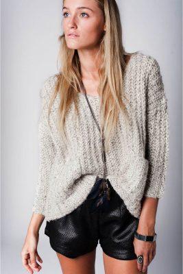 gebreide-grijze-rib-trui-met-voorzakken-truien-grijs-wollen-mooie-dames-sweaters-online-kopen