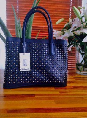 handtas-bella-blauw-blauwe-tas-gestanst-geperforeerd-materiaal-gouden-studs-musthave-tassen-online-kopen-luxe-goedkoop-achterkant-450x600