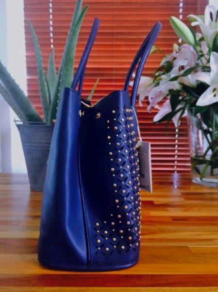 handtas-bella-blauw-blauwe-tas-gestanst-geperforeerd-materiaal-gouden-studs-musthave-tassen-online-kopen-luxe-goedkoop-zijkant-450x600