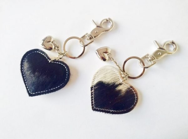 leren-sleutelhanger-hartjes-zwart-zwarte-koeienhuid-leder-zilveren-sleutel-hangers-online-bestellen-sinterklaas-suprise-kerst