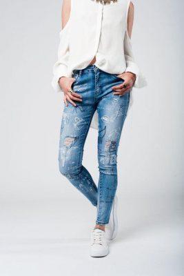 Jeans Crazy print Medium dames gewassen jeans met halfhoge taille scheuren en versleten details.
