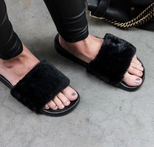 Slippers Fake Fur zwart zwarte dames slippers schoenen zomer bont nep bont musthave slippers kopen fashion sandalen
