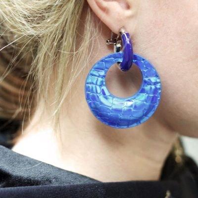 Oorbellen Holographic blauw blauwe ronde dame oorbel felle kleuren glans snake print musthave fahion oorbellen online