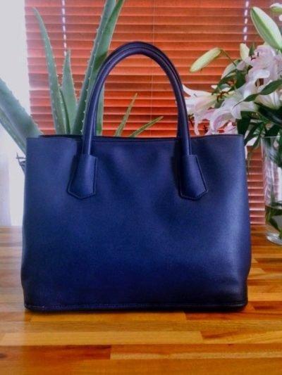 handtas-bella-blauw-blauwe-tas-gestanst-geperforeerd-materiaal-gouden-studs-musthave-tassen-online-kopen-450x600