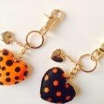 leren-sleutelhanger-hartjes-zwart-oranje-stippen-zwarte-koeienhuid-leder-gouden-sleutel-hangers-online-bestellen-sinterklaas-suprise-kerst