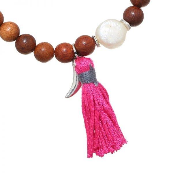 Armband Haaientand bruin bruine kralen armband zilveren bedel en roze kwastje boho dames sieraden armbanden detail