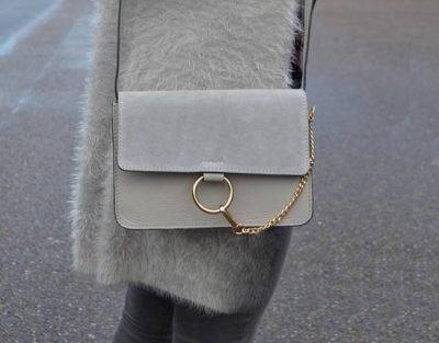 8c59227f0fe Leren Tas Faye Suede beige leren tassen met suede flap gouden ring en  ketting musthave it