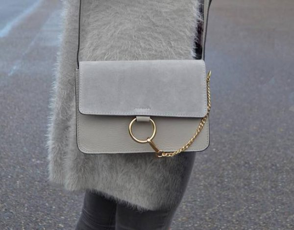 Leren Tas Faye Suede beige leren tassen met suede flap gouden ring en ketting musthave it bags fashion bestelen