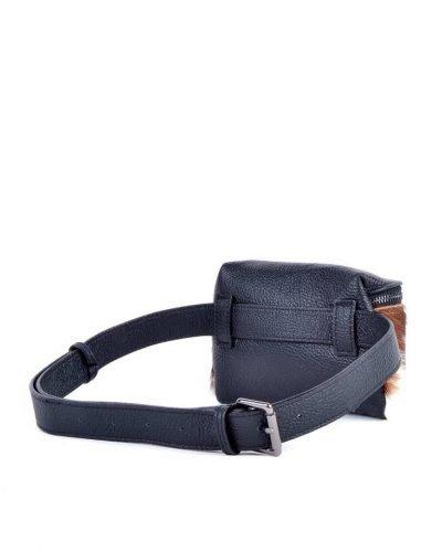 Leren-Heuptas-Koe Dierenvacht-zwart zwarte-beltbag-belt-purse-riemtas-heuptasje-met-riem-fashion-festival-musthave-look-a-like-tassen-online-giuliano-leer-rits achterkant
