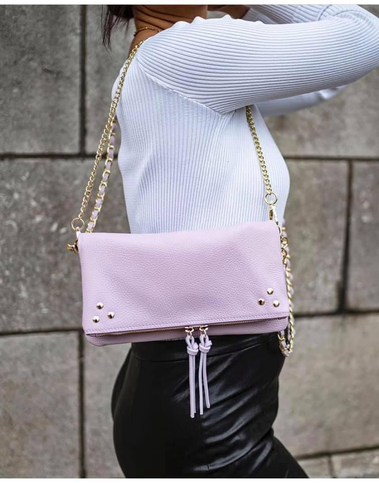 Leren-Schoudertas-Pretty-paars lila-trendy-leren-fashiontas-crossbody-tassen-zilveren-kettinghengsel-look-a-like-kopen-