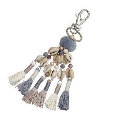 Sleutelhanger Shells & tassles grijs beige taupe creme tassenhangers met schelpen kwastjes wollen bolletje online key chains detail