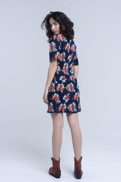 Jurk happy flowers blauw blauwe navy zomer korte jurken met bloemen print dames kleding midi dress-with-ruffle-detail-in-floral-print achterkant]