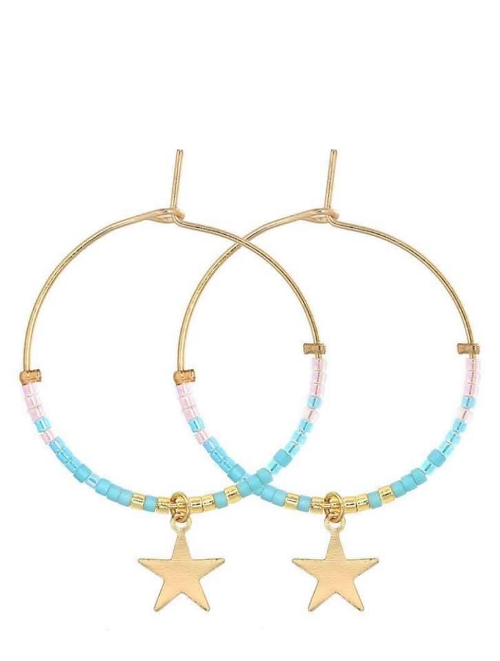Oorbellen Stars & Beats Mint gouden ronde oorbellen met ster bedel en mint stenen trendy dames sieraden kopen