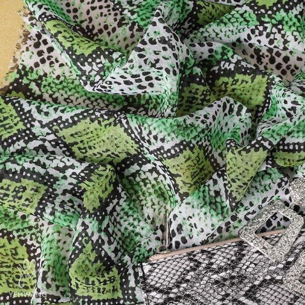 Sjaal Lovely Snakes groen groene dames sjaals sjaaltjes slangenprint snakeprint kopen bestellen detail