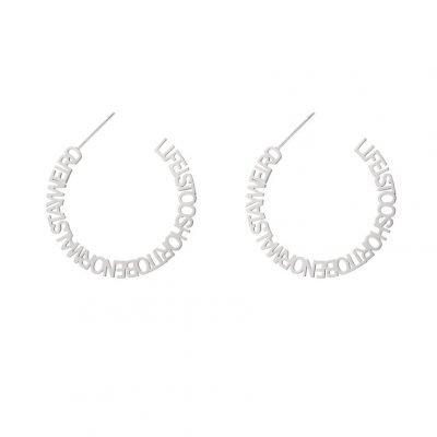 Oorbellen Stay Weird zilver zilveren oorbel creool dames sieraden tekst ronde oorbel fashion earrings kopen