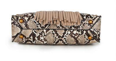 Handtas Snake Fringe beige creme nude vierkante slangenprint tassen met fringe franjes gouden studs giuliano tassen online kopen luxe trendy onderkant