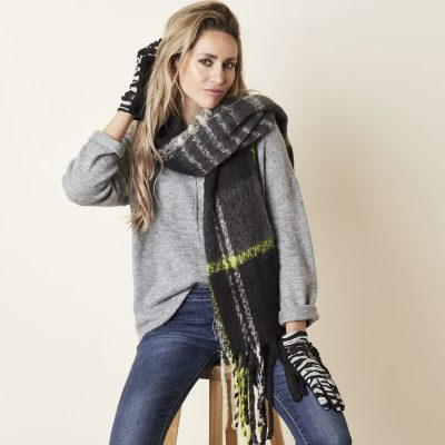 Sjaal Keep Warm zwart zwarte geblokte neon gele geblokte sjaals dames wollen dikke shawl dikke grote sjaals kopen winteraccessoires details