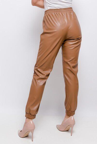 Khaki-Leren-Jogger-faux-leather-jogger-dames-broeken-trendy-joggingbroek-leer-kopen-fashion- achter