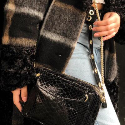 Leren Tas Snake Chain zwart zwarte trendy leren slangenprint tassen met gouden kettinghengsel leder look a like tassen kopen bestellen