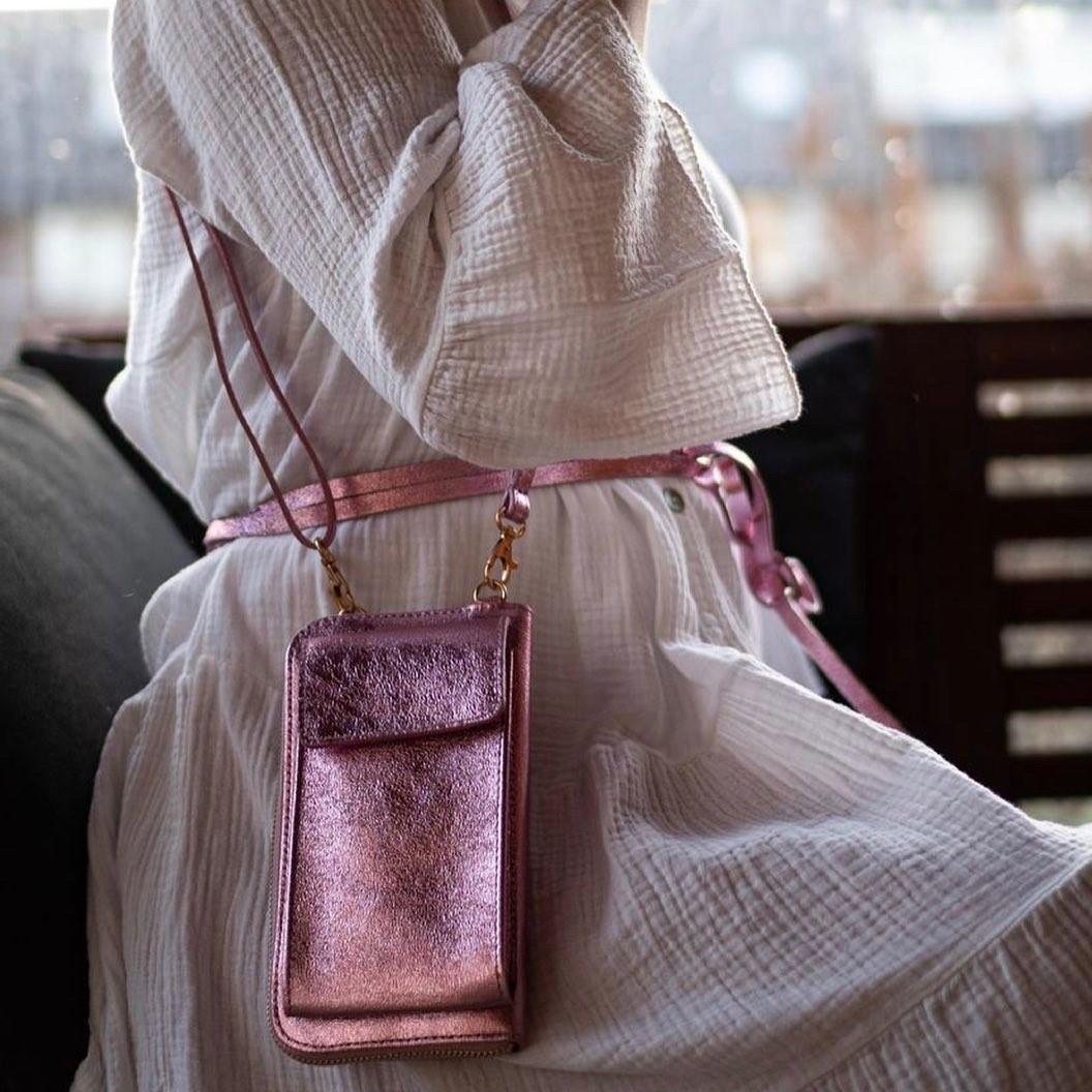 Lederen-Telefoontasje-Metallic-roze pink portemonnee-schoudertasje-handige-giuliano-tas-kopen-bestellen-lederen-schoudertasje-lang-2-vakken