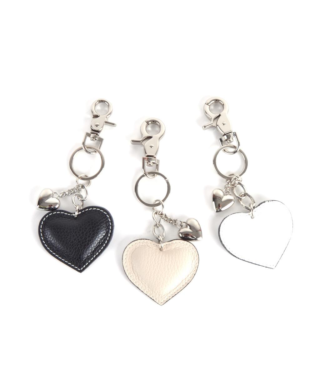 Leren-sleutelhanger-hartjes-zwart-zwarte- beige wit witte leder-leer tassen hangers zilveren-sleutel-hangers-online-bestellen