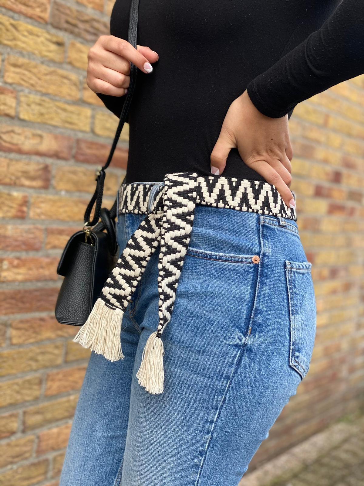 Riem Boho Love zwart beige handgemaakte katoenen riemen zigzag print trendy knoopriemen kopen giuliano bestellen