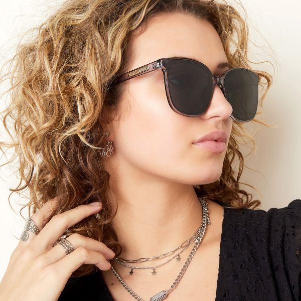 Zonnebril Smooth Love grijs grijze dames zonnebrillen zilveren detail zijkanten trendy festival brillen musthaves kopen bestellen yehwang detail